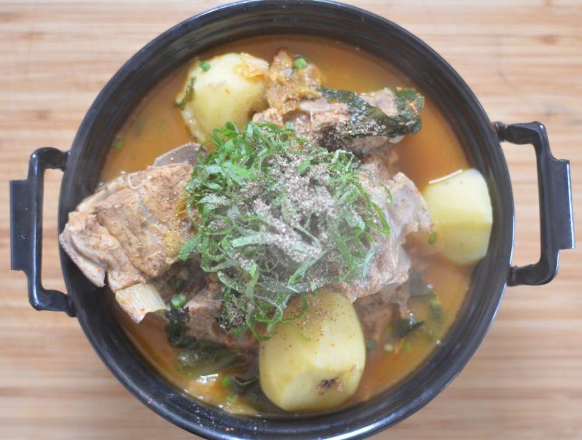 maeun-gamja-tang-spicy-pork-bone-stew