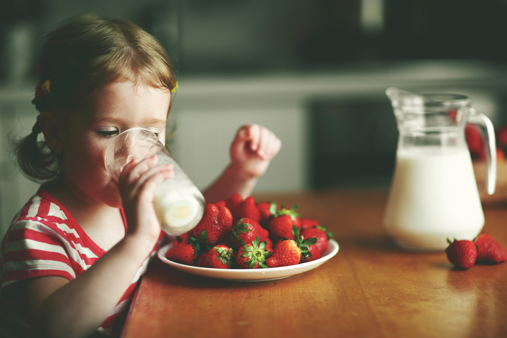 young-girl-drinking-milk-for-breakfast