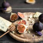 Fresh figs with honey and blue cheese