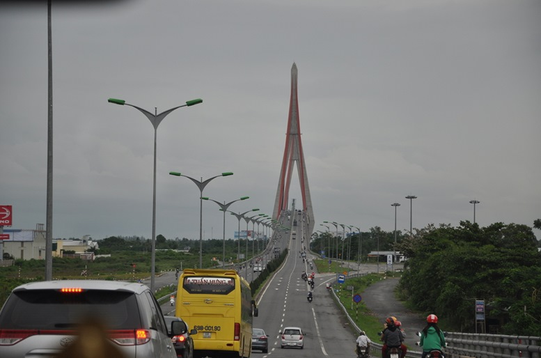 Arriving at Can Tho Bridge (car view)