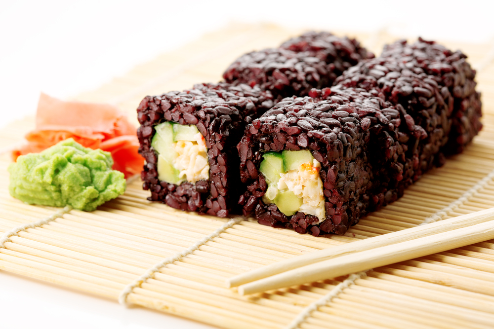 Make sushi with black rice