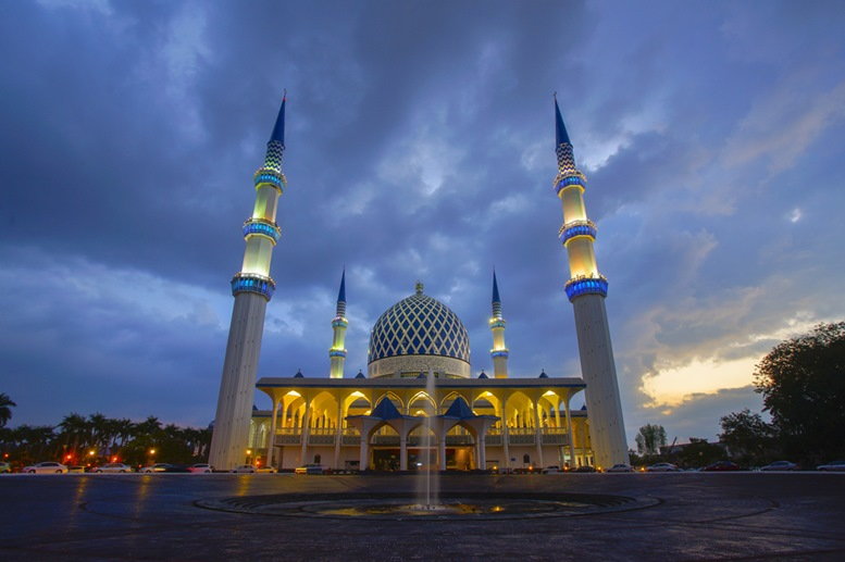 Masjid Negeri Shah Alam or known officially as Mosque of Sultan Salahuddin Abdul Aziz Shah