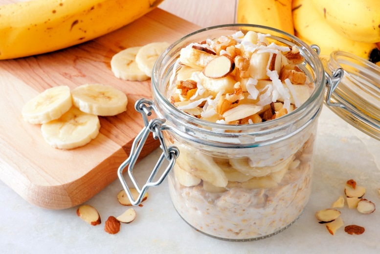Overnight oats with bananas and almonds